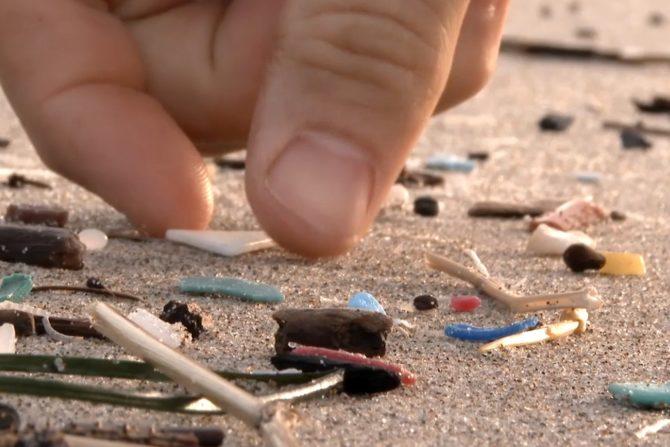 mikroplastik na plazy