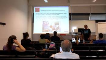 Massimo Casabianca (DAN Europe) mostra la nuova piattaforma DAN per la raccolta di dati a supporto della ricerca sulla sicurezza in immersione