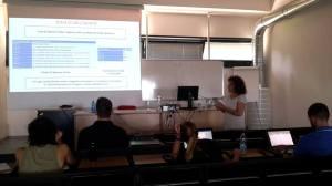 La Prof. Paola Pierleoni mostra gli strumenti creati dal suo gruppo di ingegneri a supporto della ricerca partecipativa per la sicurezza in immersione