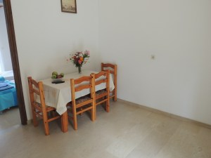 makis-apartment-dining-table