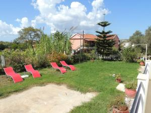 makis-apartments-sunbeds-and-swings