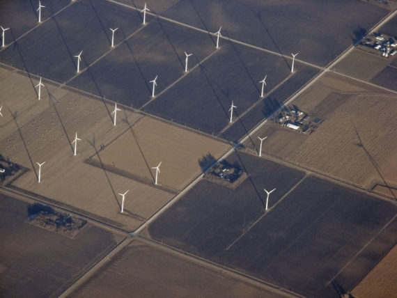 Wind power on farms (paytonc / flickr, CC BY-SA)