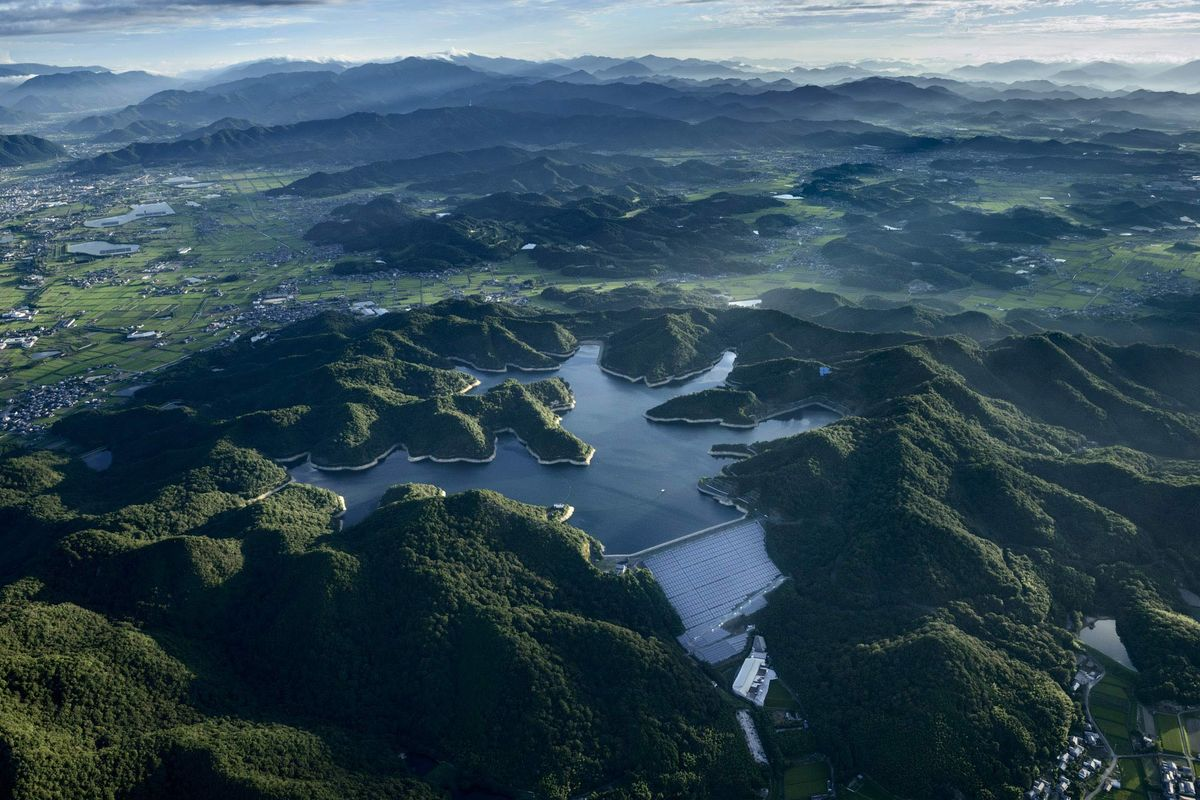 Solar farm on the face of a dam (Photo: Jamey Stillings)