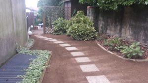Ottavo step: posa delle piastrelle del camminamento, rastrellatura finale e semina del nuovo prato