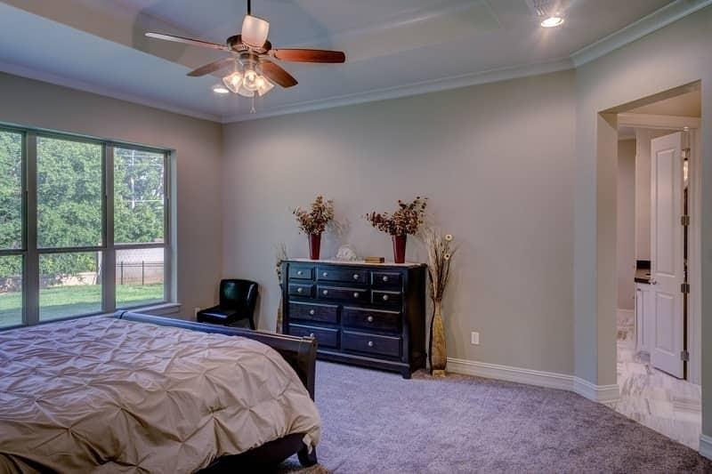 Ceiling fan in white bedroom - Beat the heat