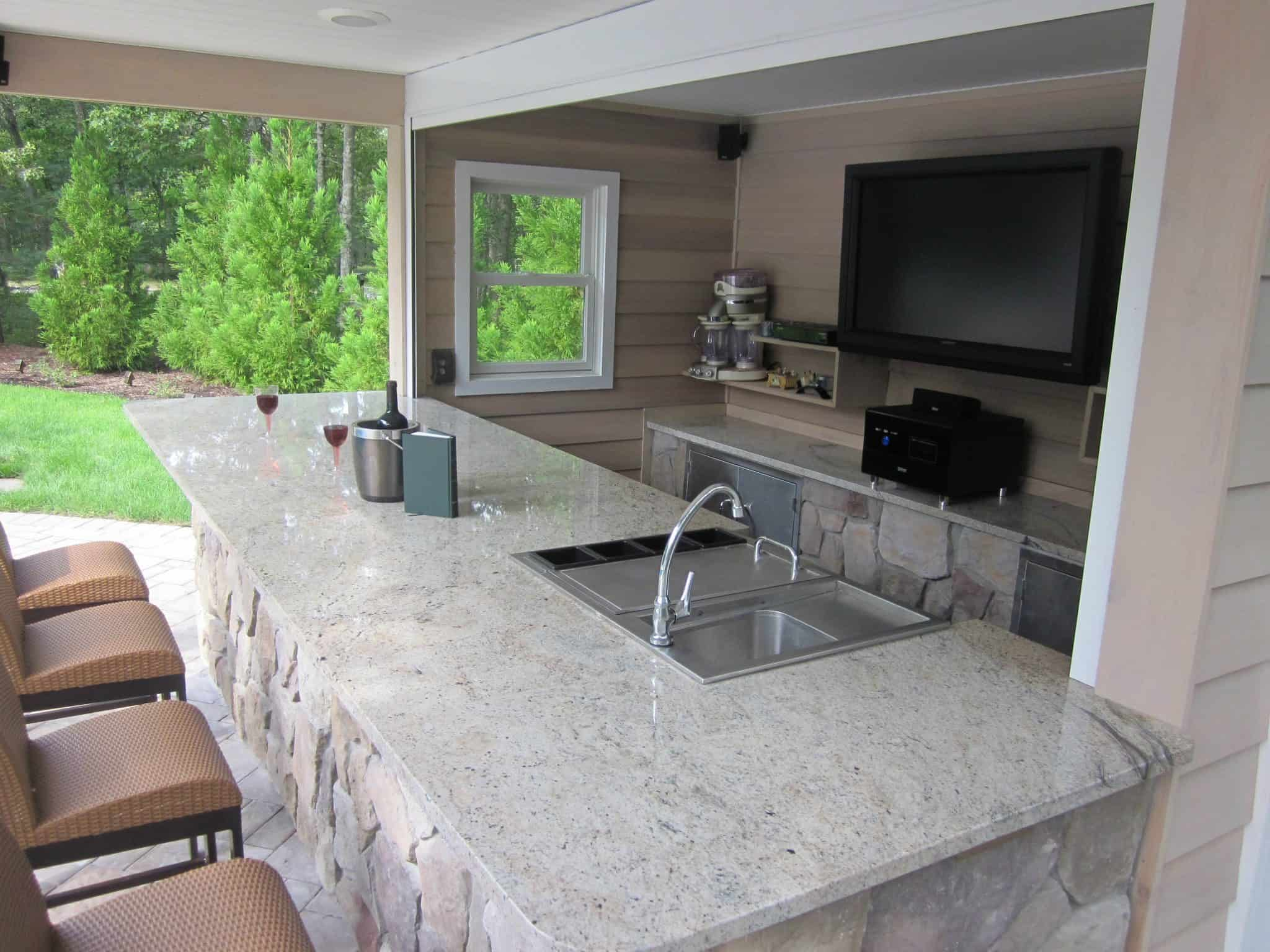 Outdoor Kitchens & Bars