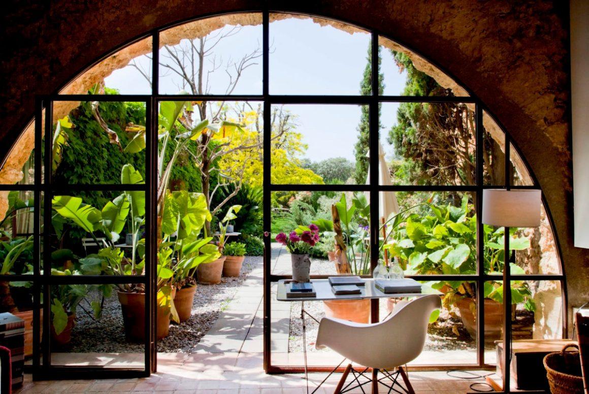 La verrière donnant sur le jardin. Hôtel Les Hamaques, en Catalogne, Espagne.