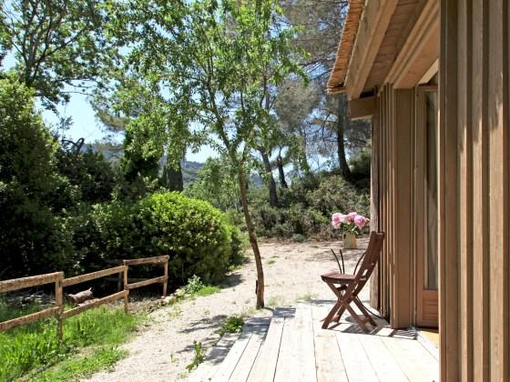 Extérieur, cabane de la Lèque, dans les Alpilles.