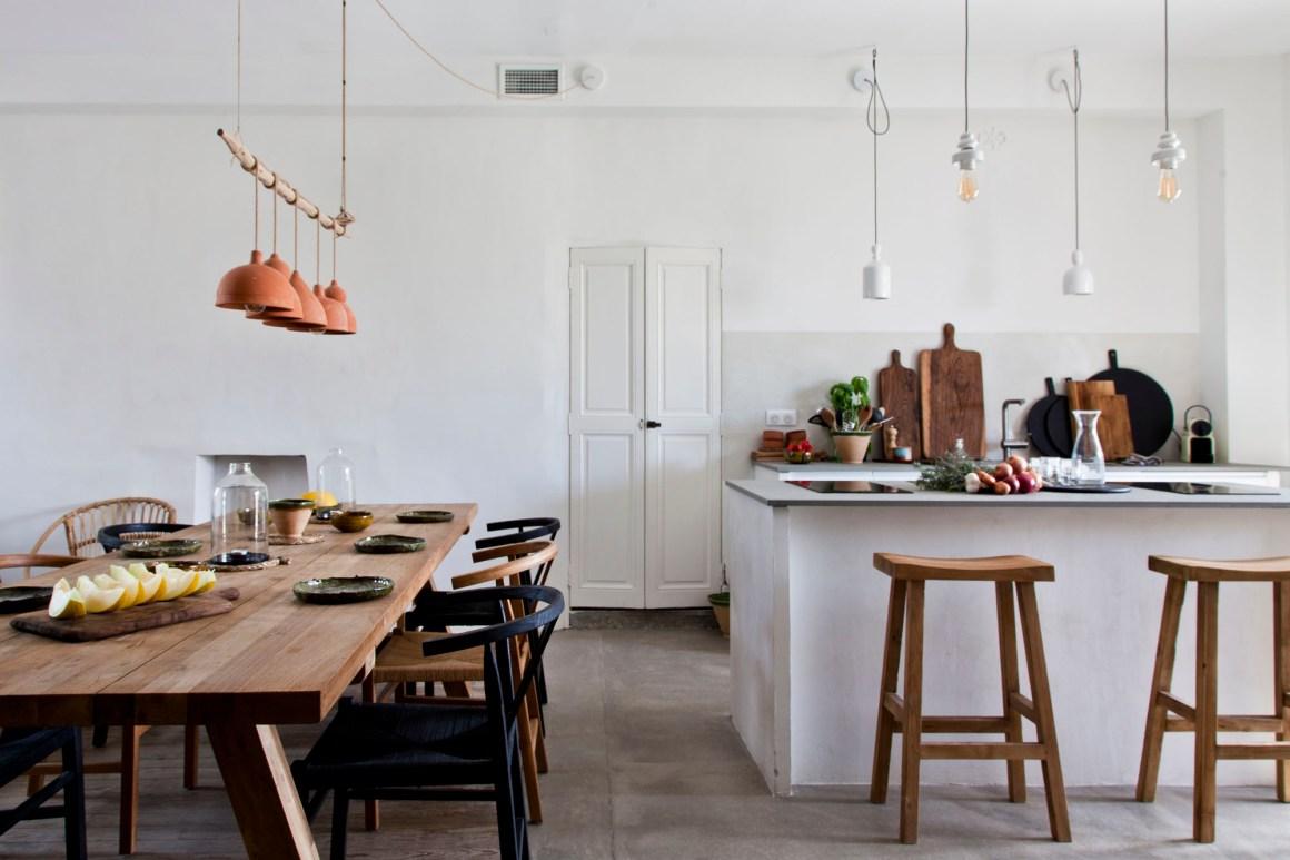 La simplicité des lignes d'architecture met en valeur le mobilier, qui honore les matières naturelles.