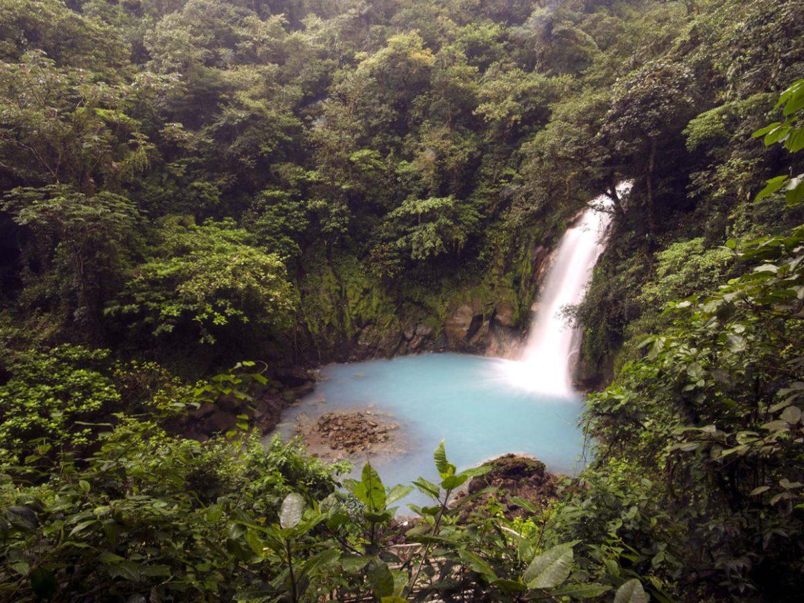 Cascade du Rio Celeste, dans le Parc National du volcan Tenorio au Costa Rica