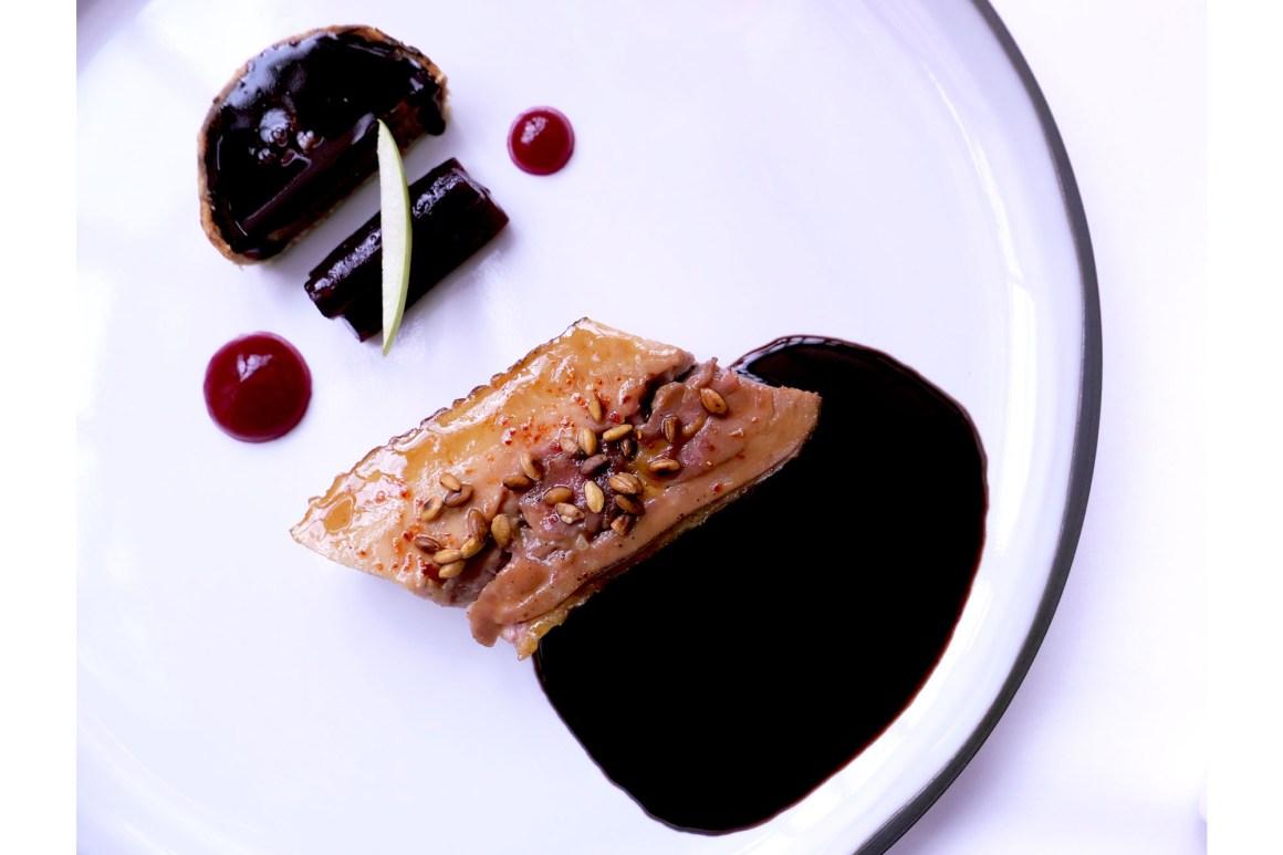 """""""Pintade de M.Edmond, l'aile et la cuisse, tarte qui n'est pas au chocolat"""". Le Clair de la Plume"""