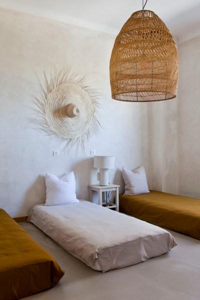 Pour la dernière chambre, Lau a opté pour l'absence de structure : quatre couchages sont posés au sol et peuvent se moduler à loisir.