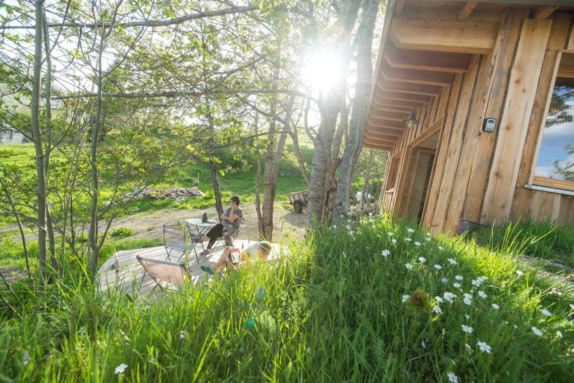 La terrasse de la cabane Alta Terra dans le Cantal. © Philippe Busser