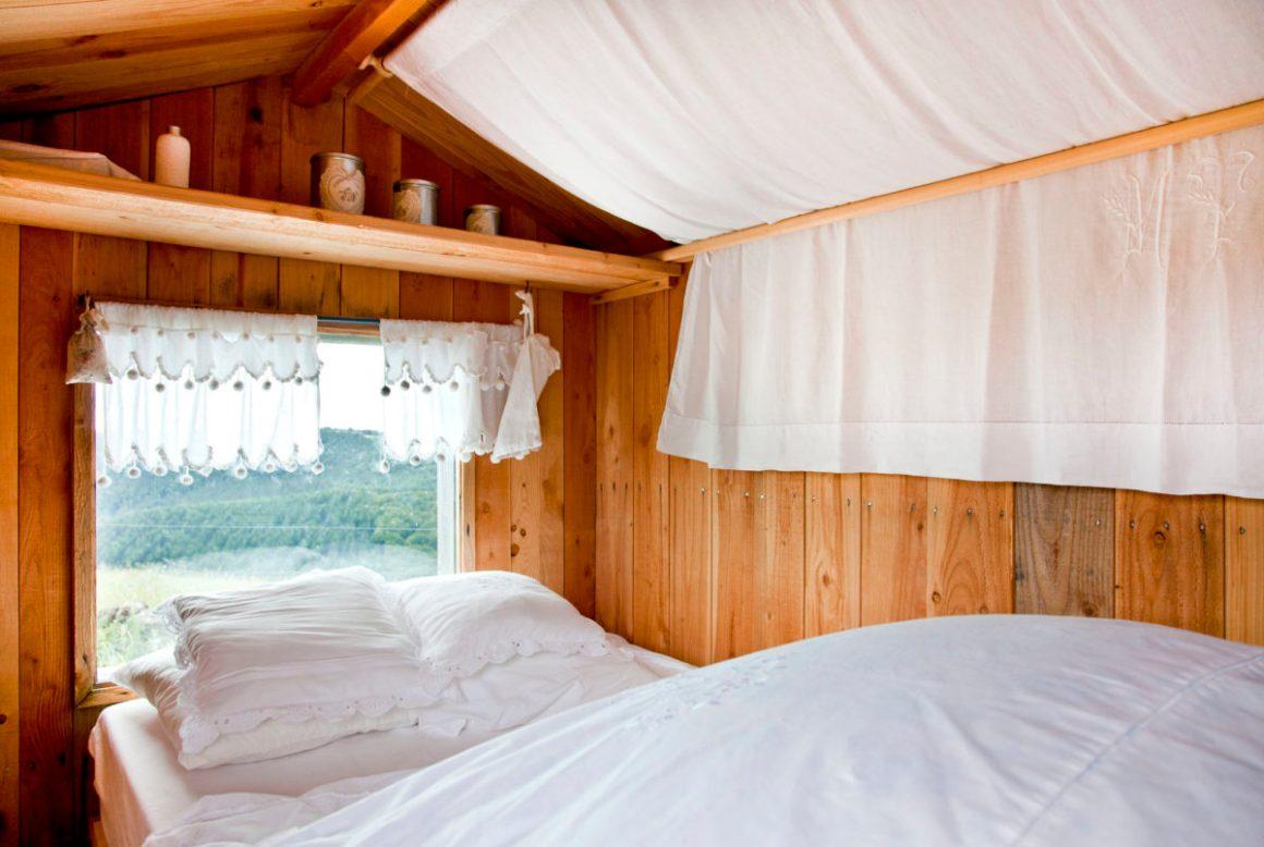 Une chambre façon cabane, Buron de Bane par Les Maisons de Montagne, à Pailherols, Cantal, Auvergne.