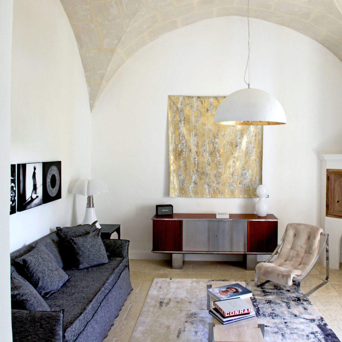 """Salon de la suite """"la Chapelle"""" de l'hôtel Le Hameau des Baux, Alpilles, Provence."""