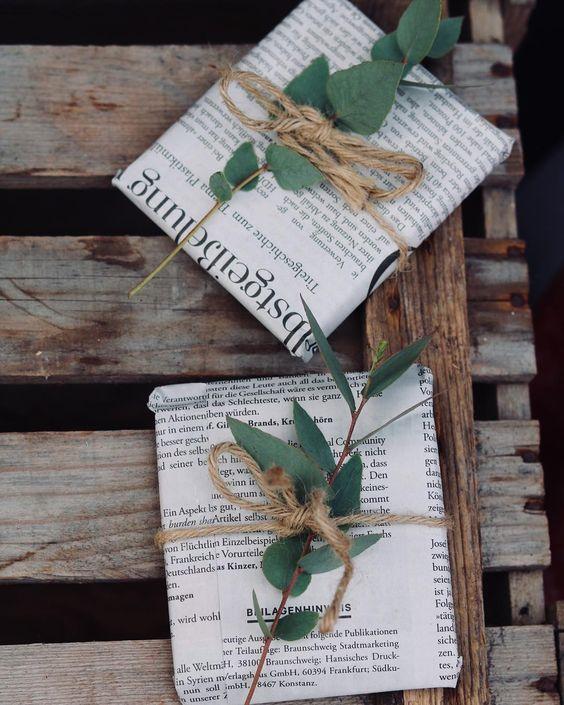 Pacchetti con fogli di giornale