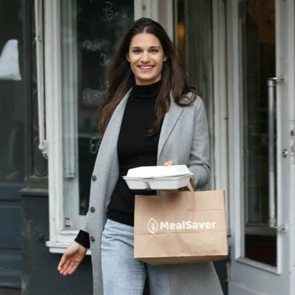 MealSaver - Customer with food box   GreenMe Berlin Podcast