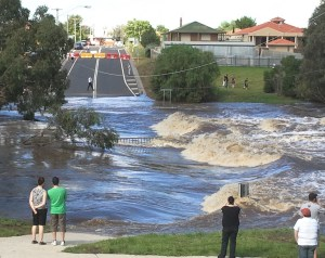 Werribee_River_in_flood_over_cottrell_street_in_Werribee
