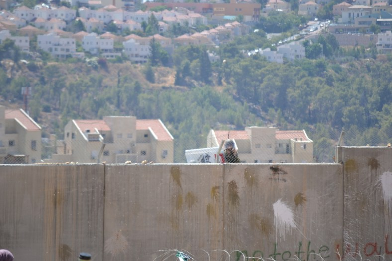 Israeli soldier defends the illegal settlement of Halamish, built on Palestinian farmland (David Kattenburg)