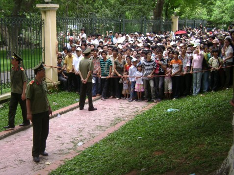 Hanoi residents patiently wait to view Ho Chi Minh's body