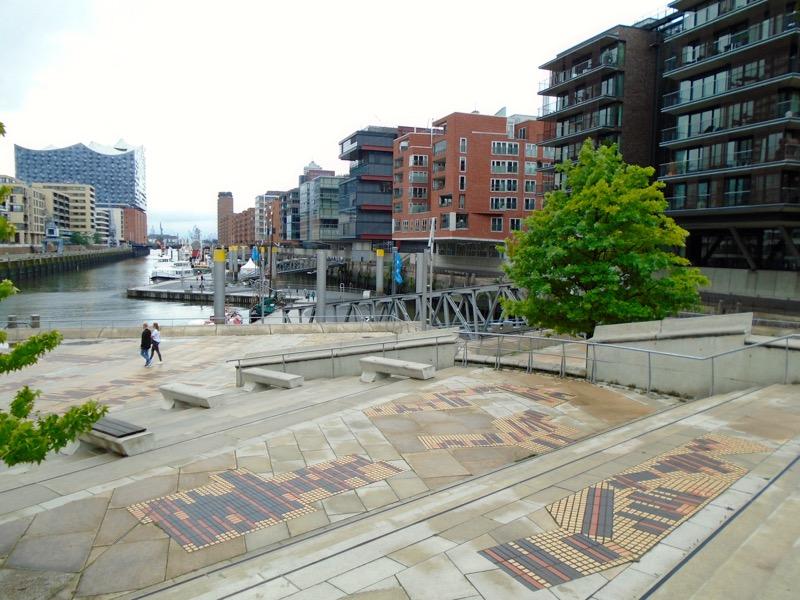 Die Terrassen zwischen Sandtorkai und Kaiserkai bieten zwar viel Freifläche, jedoch wenig Grün. Ist die Hamburg HafenCity damit nachhaltig?