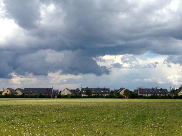 Nicht Hamburg, aber Bilder aus der Nähe Münchens - Eine urbanisierte Felder- und Wiesenkulisse in Feldmoching. Ist das nachhaltiger als die Hamburg HafenCity?