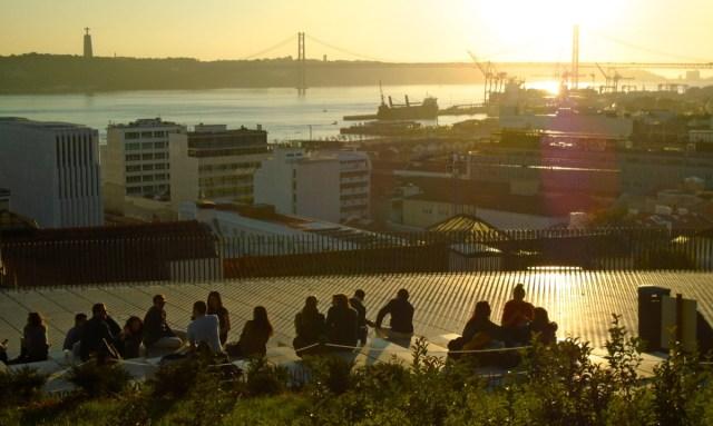 Das Chiado in Lissabon: Hier am Miradouro de Santa Catarina ist ab Sonnenuntergang Ausgeh-Feeling.