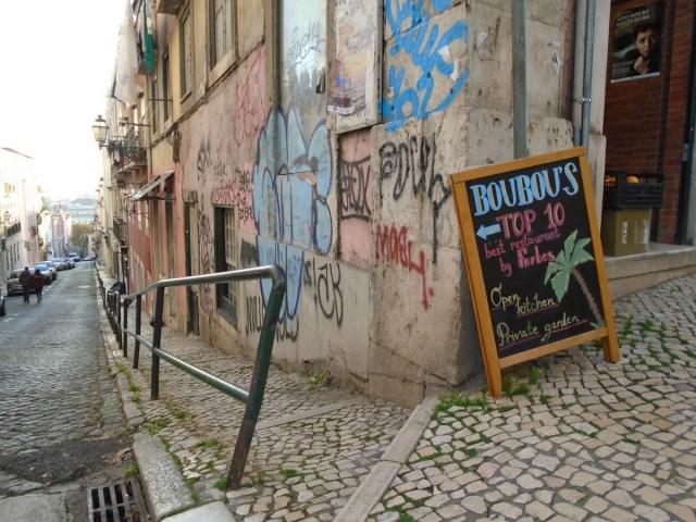 Wie im Bairro Alto: Die Übergänge sind fließend und auch hier in Lissabons Principe Real hat der Verfall Einzug gehalten.