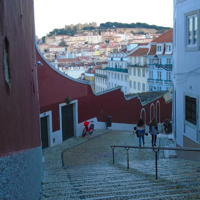 Viele steinerne Stufen führen vom Miradouro de São Pedro de Alcântara hinab in die Baixa von Lissabon.