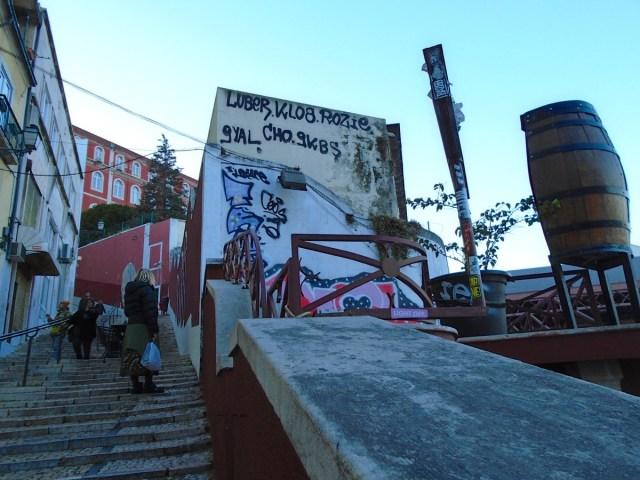 Schon fast unten: Auf dem Weg hinab in Lissabons Geschäftsviertel Baixa.