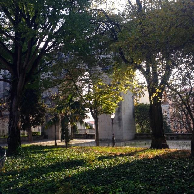Steinerne Bögen, intenser Lichteinfall und Schattenspiel: Der Jardim das Amoreiras (Maulbeergarten) im Straßenbezirk Largo do Rato in Lissabon.