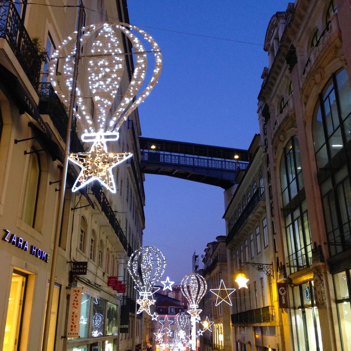 Weihnachtliche Beleuchtung in Lissabons Stadtdteil Baixa.