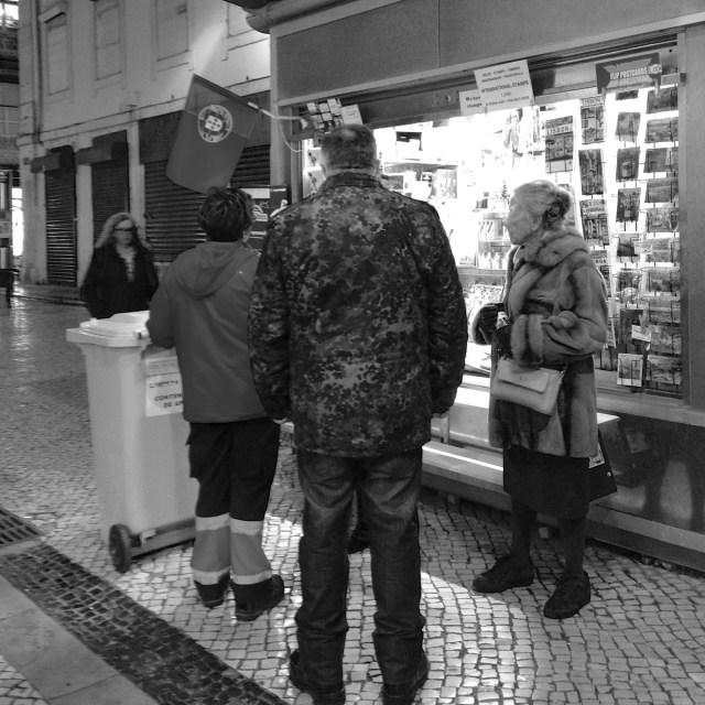 Das Camouflage-Trio vor einem Kiosk in der Baixa in Lissabon.