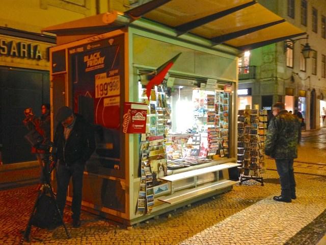 Eine Kiosk in einer Querstraße der Rua Augusta in Lissabons Geschäftsviertel Baixa.