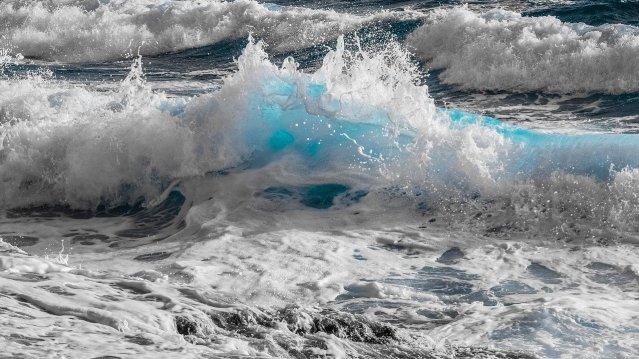 Wasser - Eine Naturgewalt voller Gegensätze: Hier mit schäumender Gischt  (Bild von Dimitris Vetsikas auf Pixabay.com).