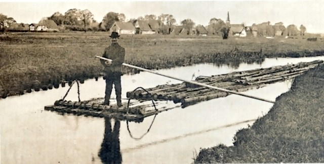Auch er nutzt die Wasserenergie zum Transport von Holzflößen. Wilhelm Witte, einer der letzten Flößer auf der Örtze (Foto von Hermann Rabe, Aufnahme ca. 1910).
