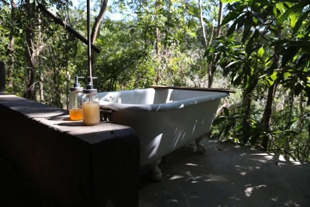 Wichtiger als die Produkte ist dann doch das Badezimmer oder? Und dieses sieht so frisch aus, wie man sich Frische-Kosmetik vorstellt (Photo by Cecilia Medina on Unsplash).