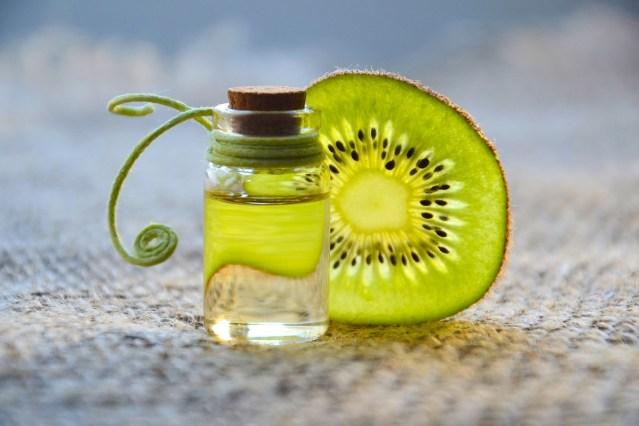 Das Prinzip von Frische-Kosmetik: Ohne synthetische Konservierungsstoffe können Pflanzenessenzen und -extrakte besser wirken (Bild von Marina Pershina auf Pixabay.com).