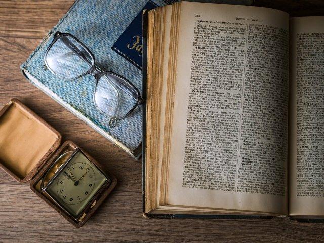 Eine der drei wichtigsten Triebfedern der schottischen Aufklärung: Literaten und Professoren (Image by Dariusz Sankowski from Pixabay.com).