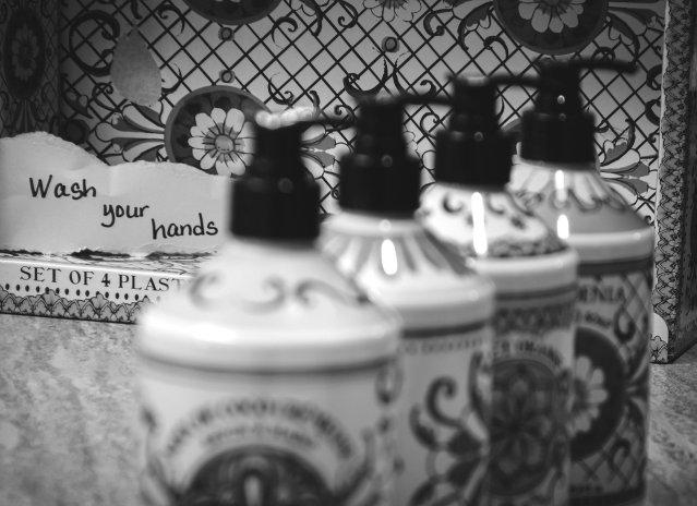 """Die Botschaft ist klar: """"Hände waschen"""". Aber womit? Frische-Kosmetik, Natur- oder konventioneller Kosmetik? (Bild von Enson Renton auf Pixabay.com)."""