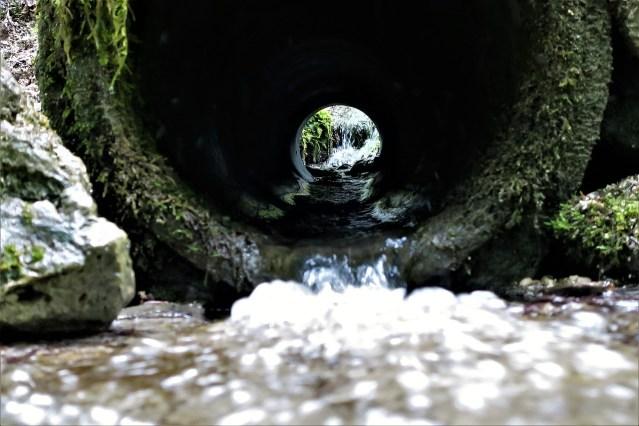 Wie sollte Wasser am natürlichsten geleitet werden, damit die Wasserenergie bestmöglich genutzt werden kann?