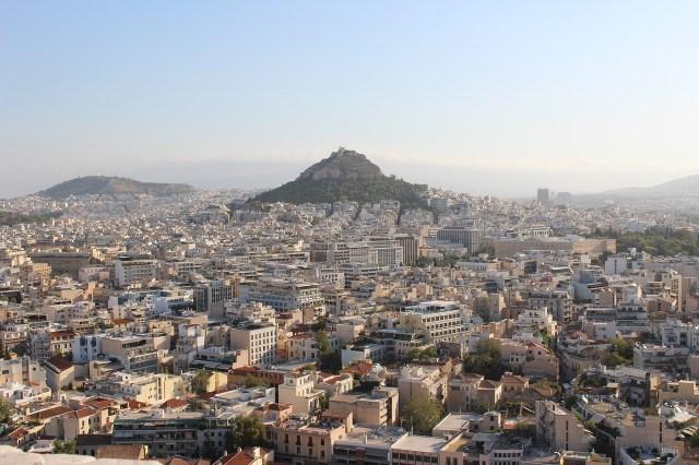"""Sonne über Griechenlands Hauptstadt Athen: Ein Blick auf den """"Stadtberg"""" Lykabettus (Image by Clara CALDERINI from Pixabay)."""