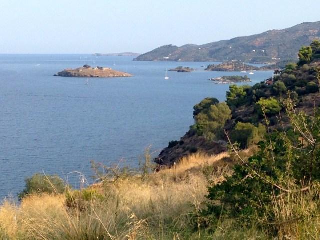 Eine abendliche Wanderung führt mich hoch auf den Stadthügel der Insel Poros.