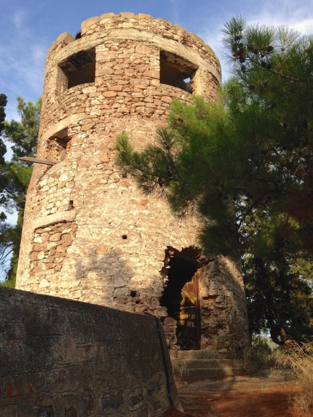 Die verfallene Windmühle auf dem Stadthügel der Insel Poros.