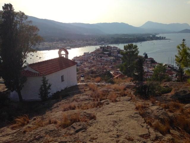 Die Kirche des Heiligen Anargiri auf dem Stadthügel der Insel Poros.