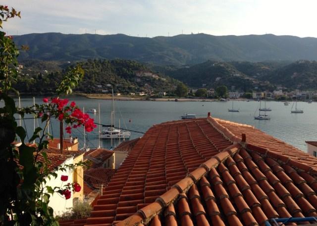 Ein Blick von den Dächern der Hauptstadt der Insel Poros auf die peloponnesische Küste.