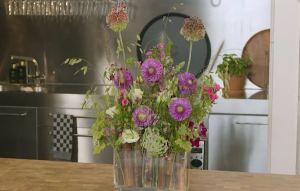 Vaas met zonnebloemstelen en bloemen