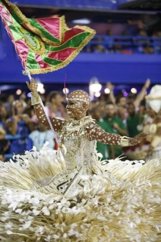 Squel, porta-bandeira da Mangueira, careca no desfile de 2016