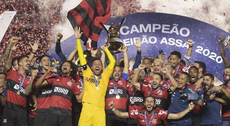 Jogadores do Flamengo levantam o troféu de campeão brasileiro de 2020