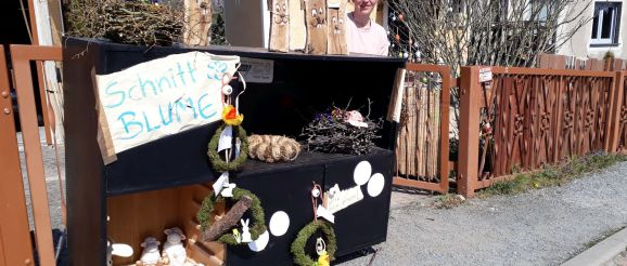 Floristin Yvonne Täubert am Zaun ihres Grundstückes